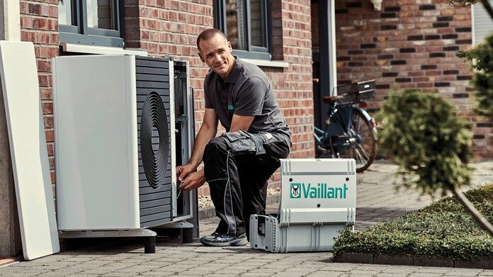 //www.vaillant.no/media-master/global-media/vaillant/product-pictures/outdoor-shooting-arotherm-2018-v2/people18-45526-01-1441238-format-16-9@696@desktop.jpg